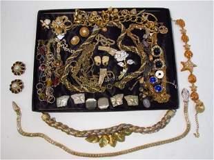 TRAY LOT LADIES COSTUME JEWELRY: GOLD TONES