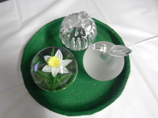 3 GLASS PAPERWEIGHTS LOT OF 3 PAPERWEIGHTS INCLUDES 2