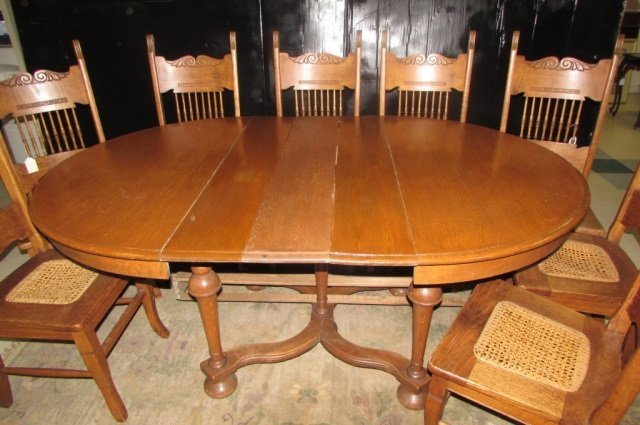1900'S OAK TABLE WITH 8 CHAIRS TABLE HAS 4 LEGS WITH 3