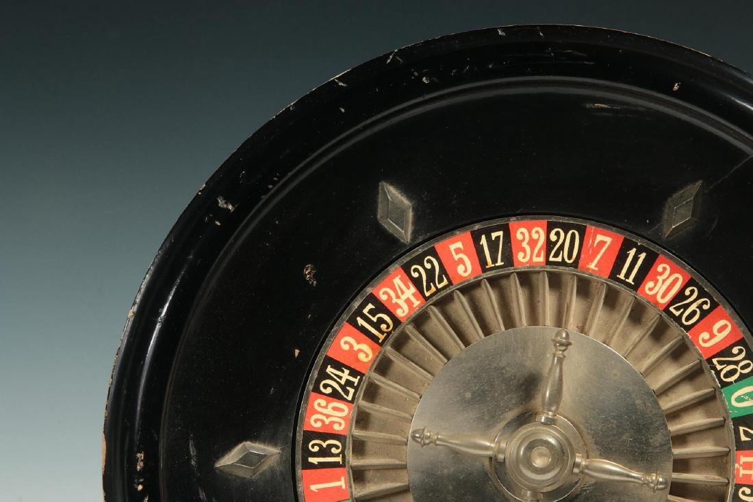 A CIRCA 1900 FRENCH TABLE-TOP ROULETTE WHEEL GAME - 4