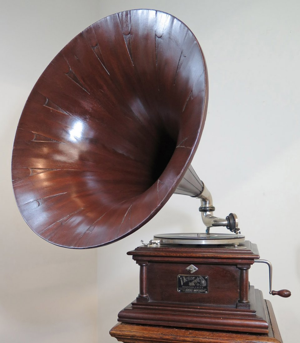 VICTOR IV PHONOGRAPH WITH MAHOGANY SPEARTIP HORN