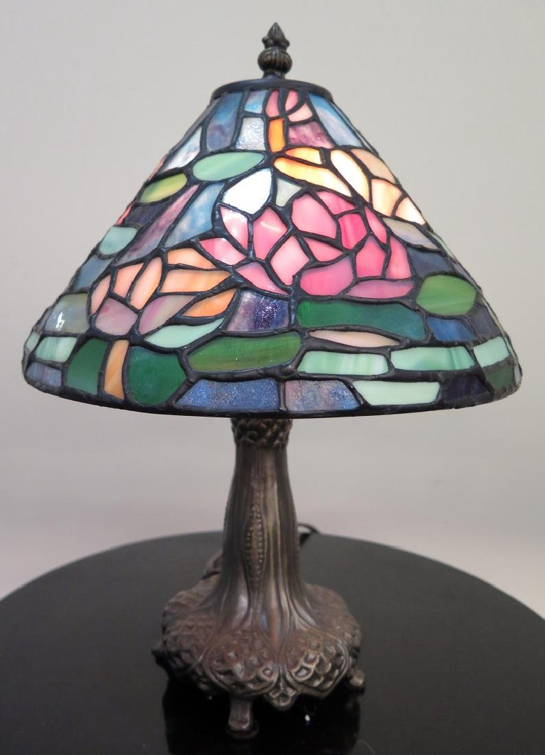 A DALE TIFFANY LAMP WITH STAINED GLASS SHADE