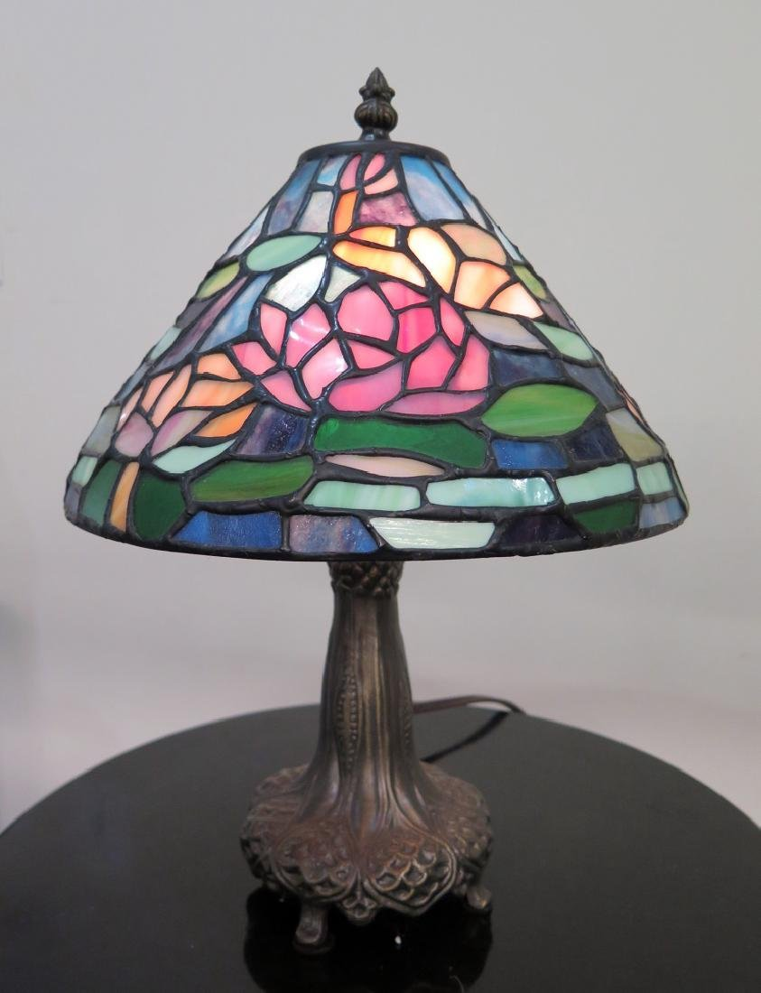 A DALE TIFFANY LAMP WITH STAINED GLASS SHADE - 2