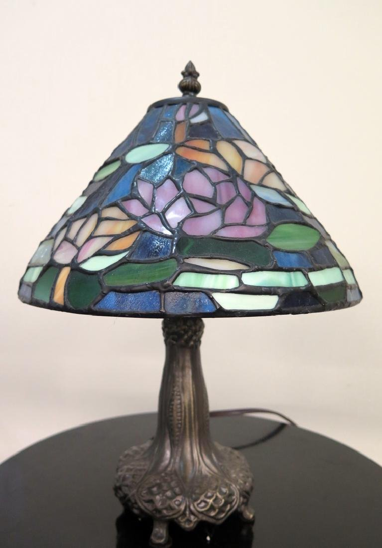A DALE TIFFANY LAMP WITH STAINED GLASS SHADE - 3