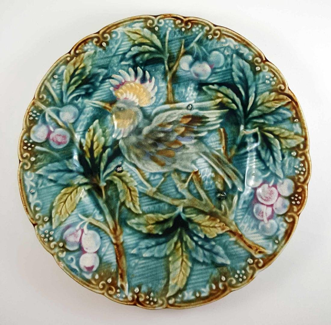 AN ANTIQUE MAJOLICA PLATE WITH BIRD