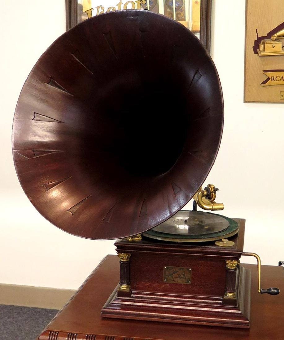 MAHOGANY VICTOR VI PHONOGRAPH WITH SPEARTIP HORN