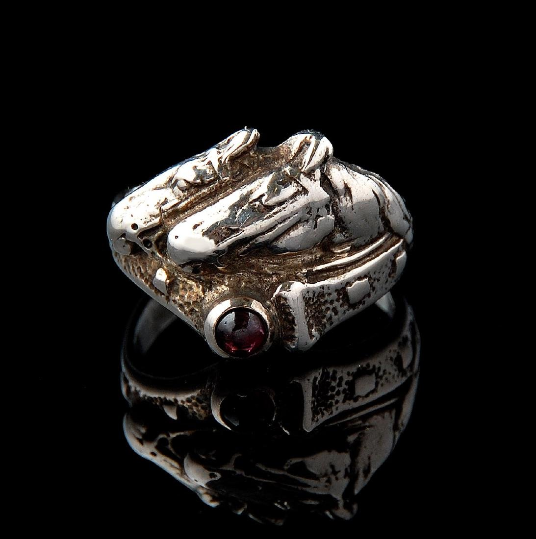 A GENT'S .800 SILVER RING WITH HORSES