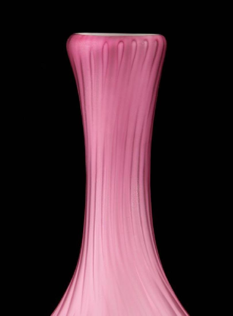 A 19TH C. CRANBERRY MOTHER-OF-PEARL GLASS VASE - 3