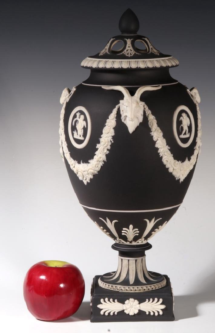 AN EARLY 19TH CENTURY 15-INCH WEDGWOOD BOLTED VASE - 4