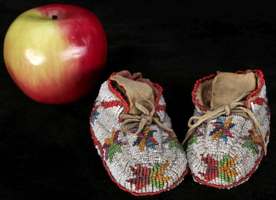 EARLY 20TH C. CHILD'S MOCCASINS WITH BEADED SOLES - 4