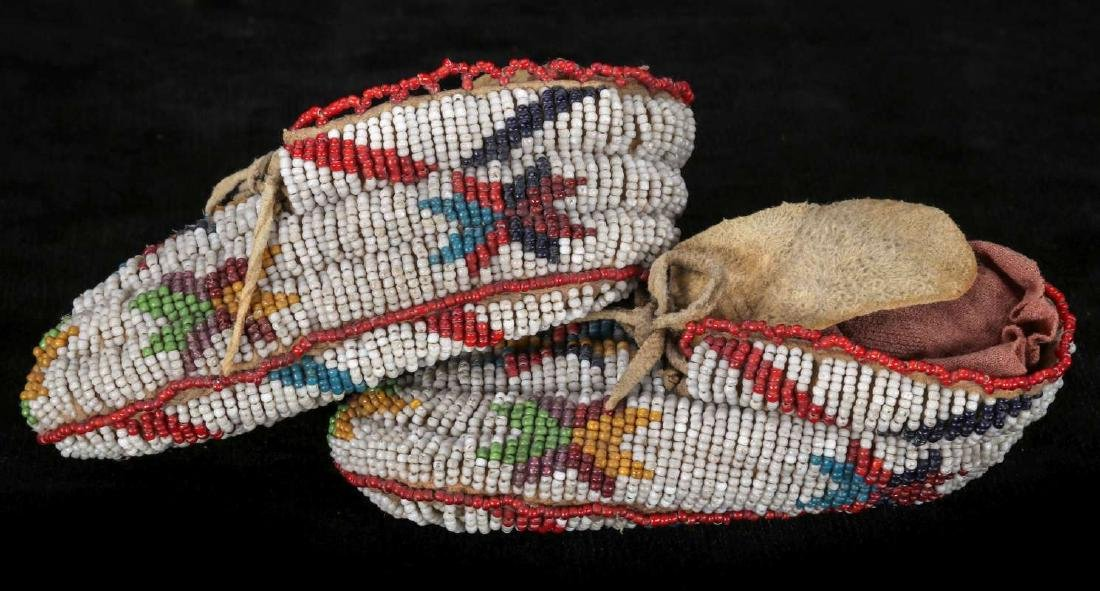 EARLY 20TH C. CHILD'S MOCCASINS WITH BEADED SOLES - 7