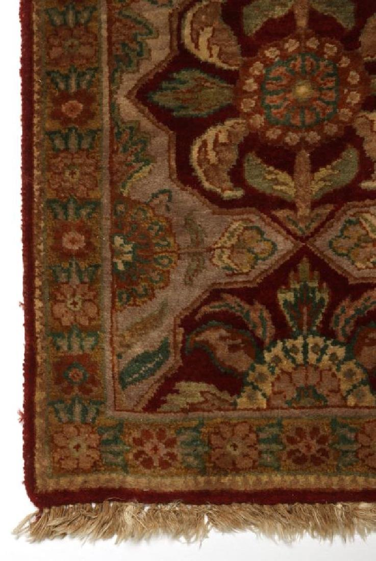 A SMALL 20TH CENTURY TURKISH RUG - 2
