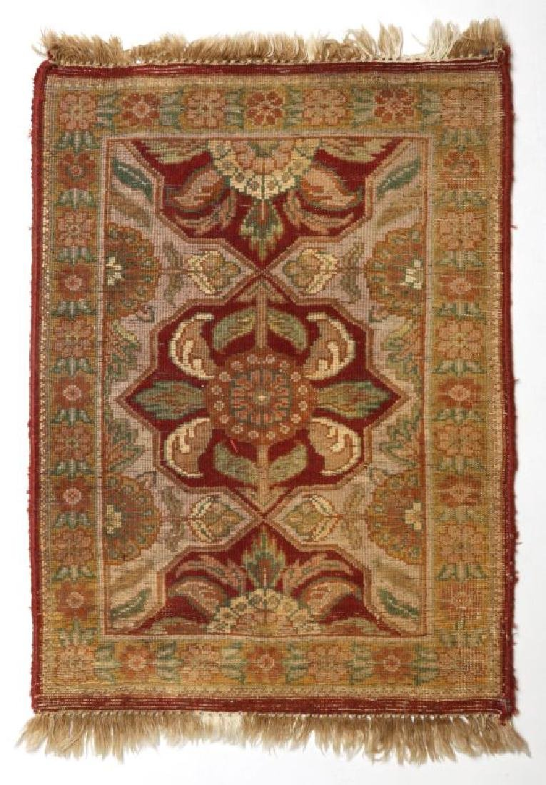 A SMALL 20TH CENTURY TURKISH RUG - 7