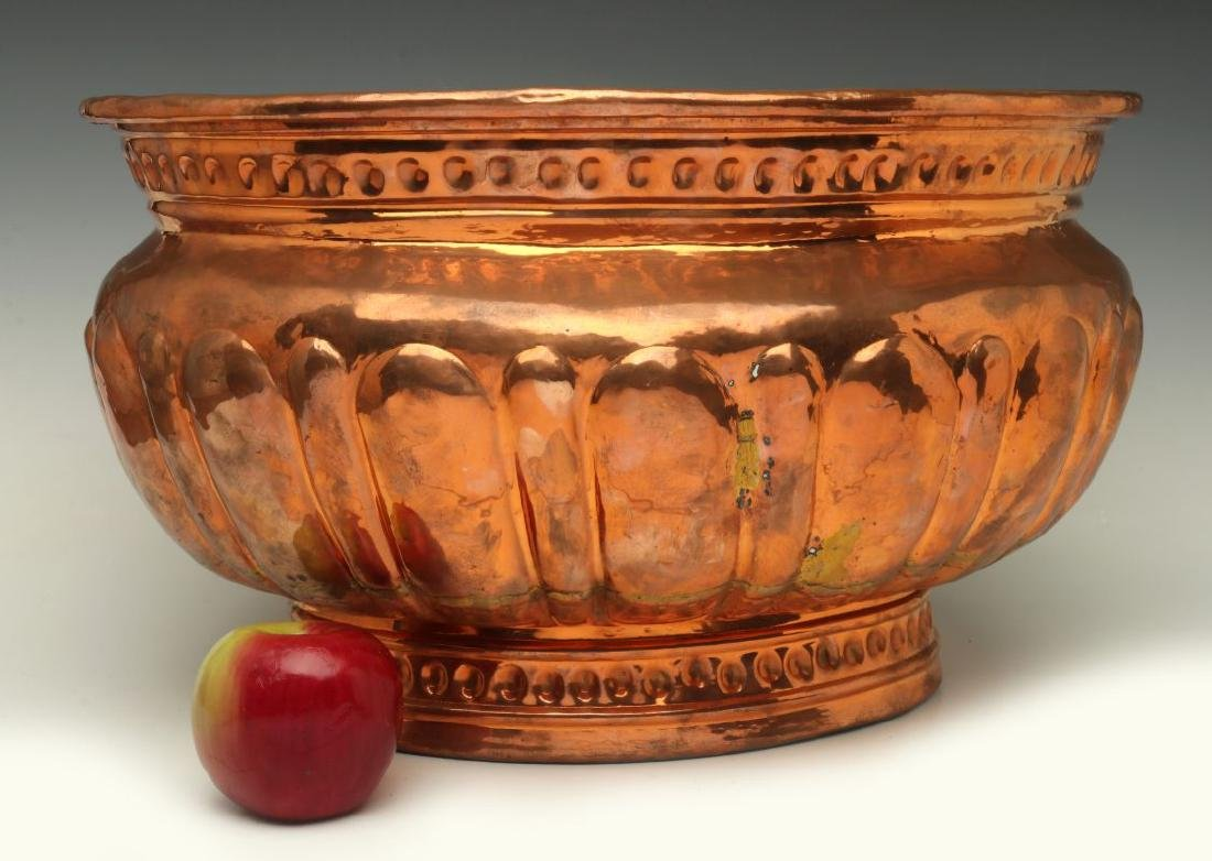 A NICE LARGE 19TH C HAND HAMMERED COPPER JARDINIERE - 2