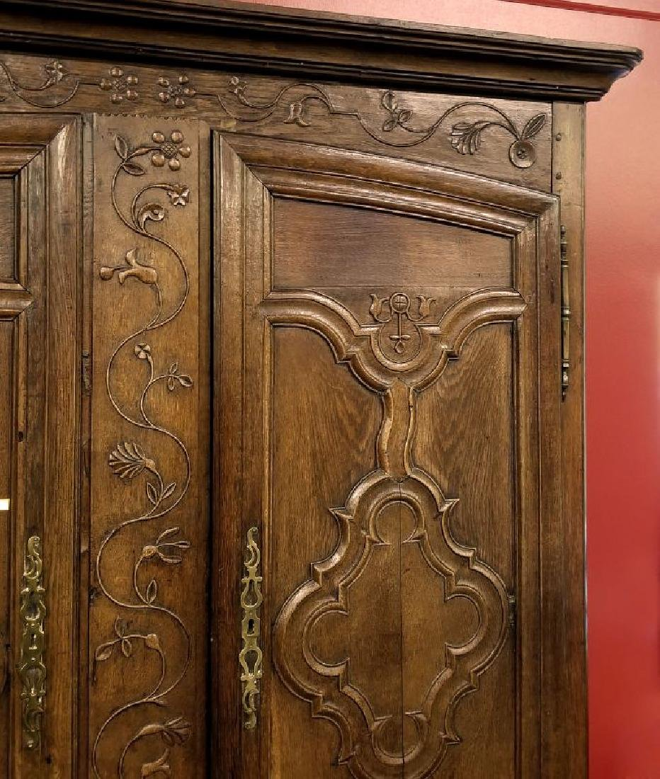 AN 18TH CENTURY FRENCH OAK ARMOIRE - 4