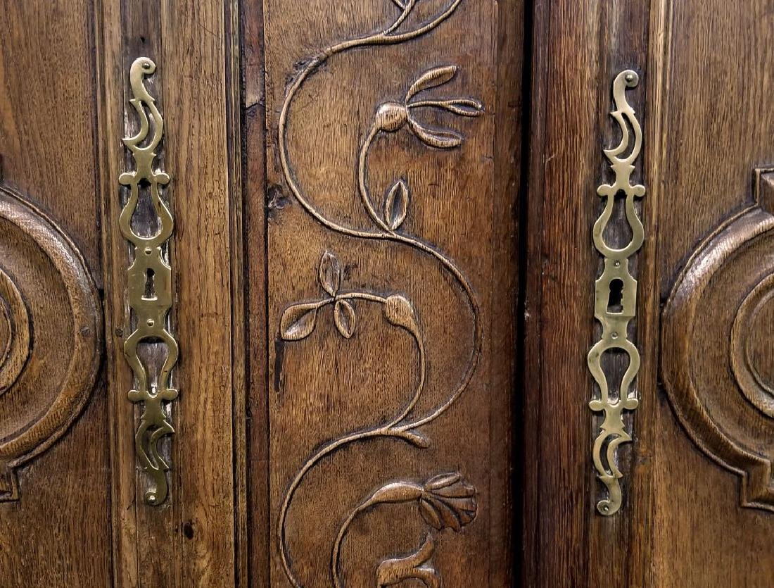 AN 18TH CENTURY FRENCH OAK ARMOIRE - 6