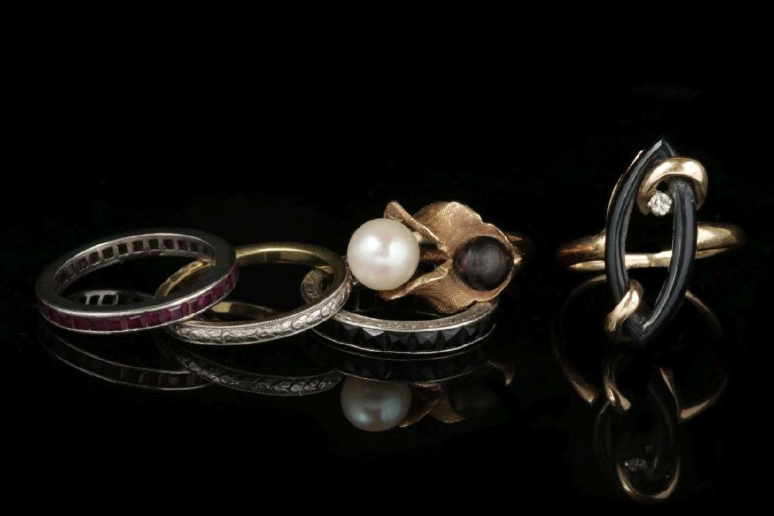 AN ESTATE LOT OF FASHION RINGS