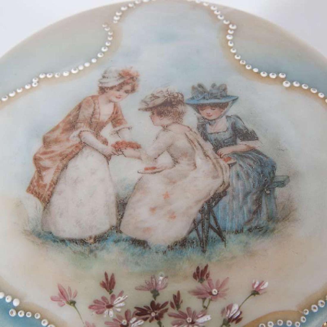 A LARGE MONROE GLASS NAKARA BOX WITH BERRY LADIES - 8