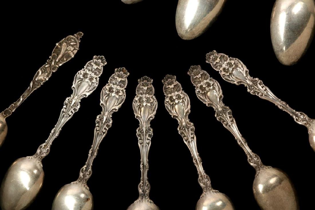 THIRTEEN WHITING CO 'LILY' PATTERN STERLING SPOONS - 9