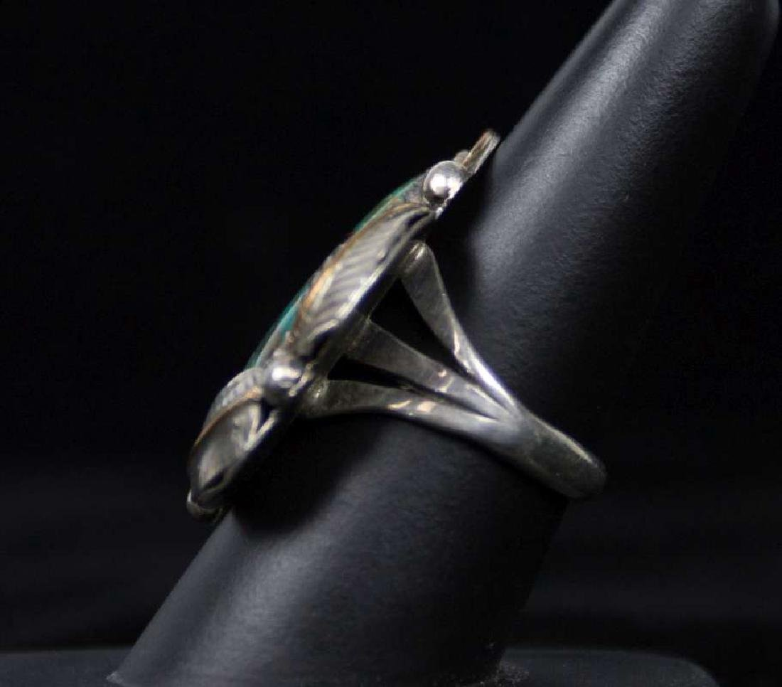 A NAVAJO STERLING AND TURQUOISE RING - 3