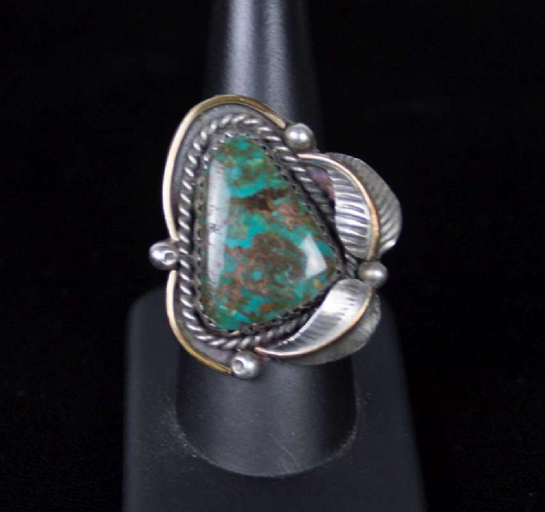 A NAVAJO STERLING AND TURQUOISE RING - 4