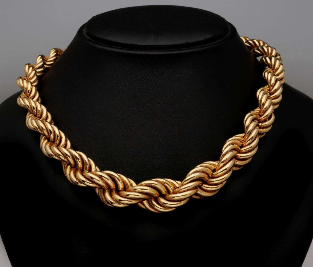 AN 18K GOLD ROPE CHAIN CHOKER NECKLACE