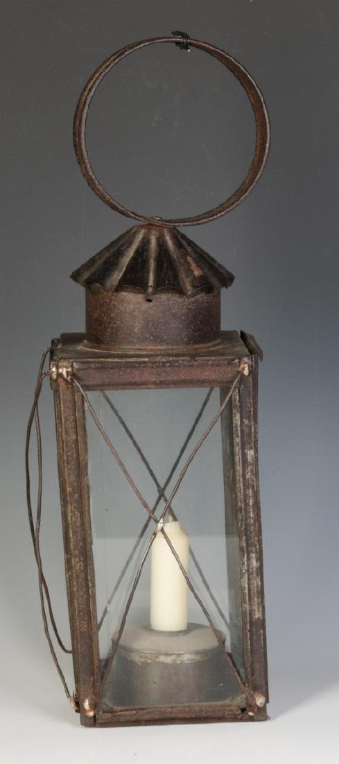 A 19TH CENTURY TIN AND GLASS CANDLE LANTERN - 3
