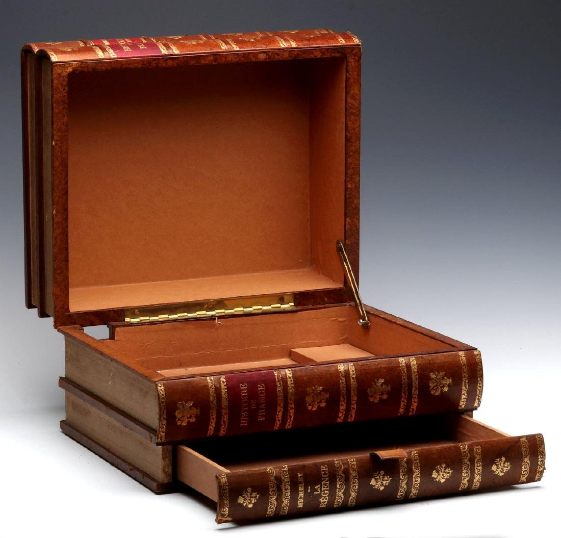 AN EARLY 20TH C. FRENCH FAUX LEATHER BOOKS BOX - 3