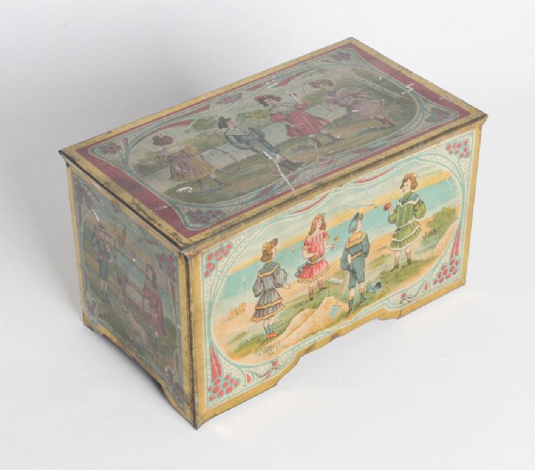 A VICTORIAN TIN LITHO MUSIC BOX - 2