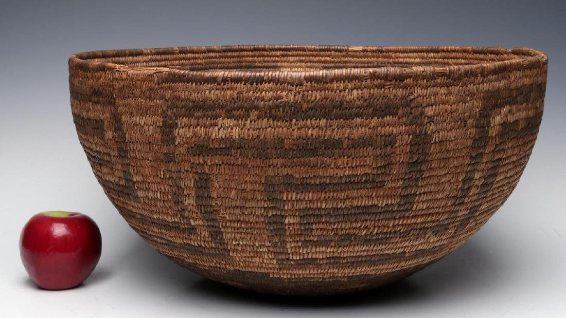 A VERY LARGE LATE 19TH C. PIMA OR PAPAGO BASKET - 3
