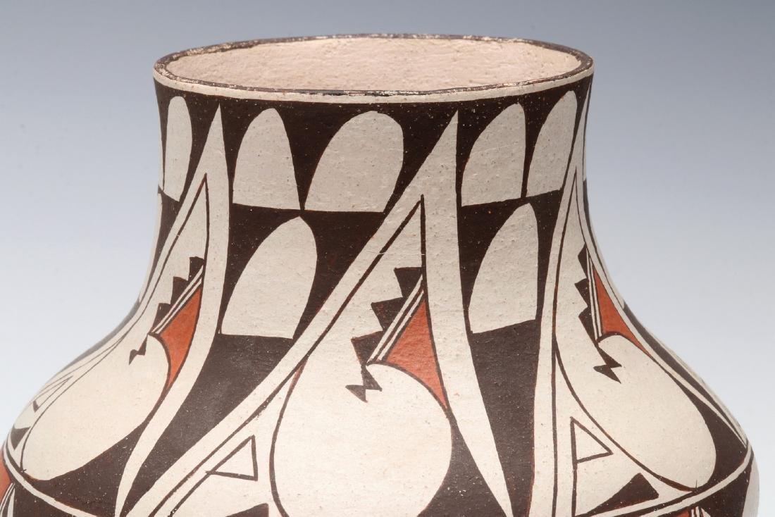 A LAGUNA PUEBLO POTTERY JAR SIGNED E. CHEROMIAH - 3