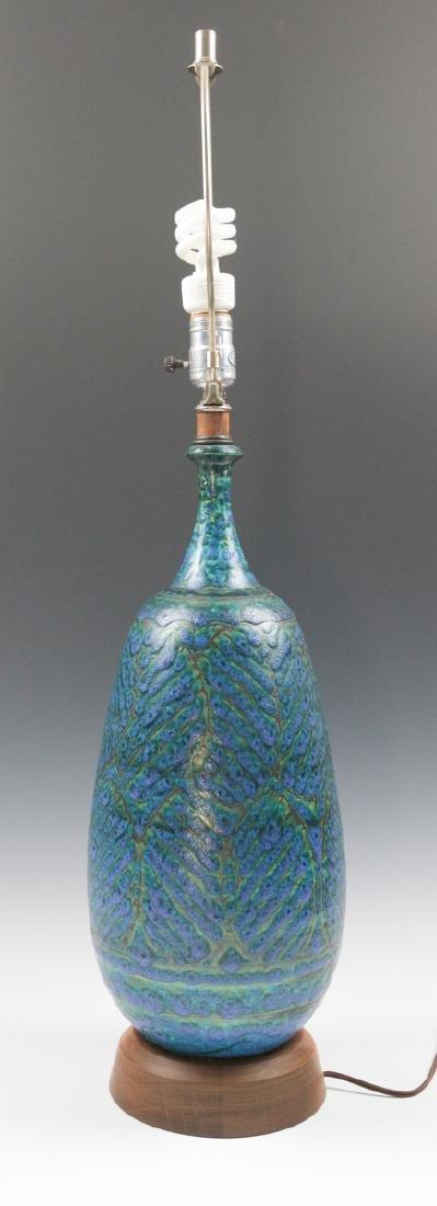 A MID-20TH CENTURY ART POTTERY LAMP - 5