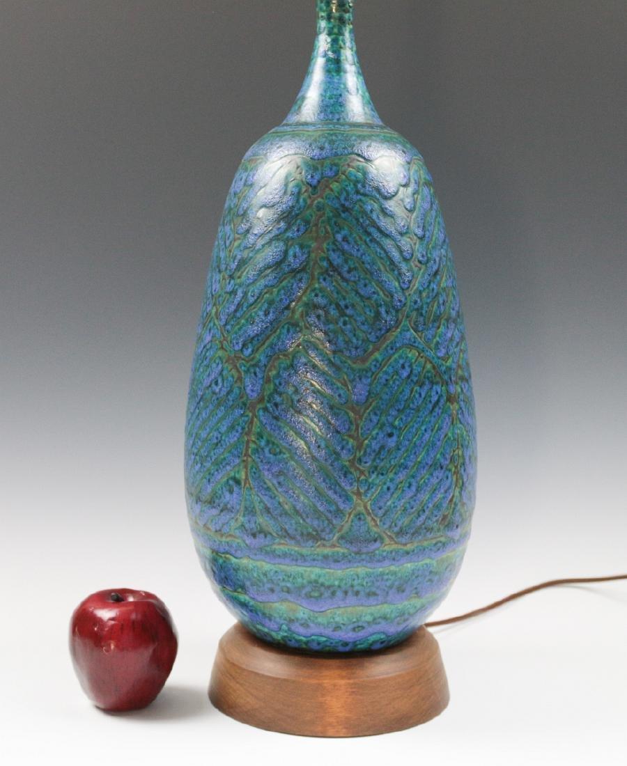 A MID-20TH CENTURY ART POTTERY LAMP - 6
