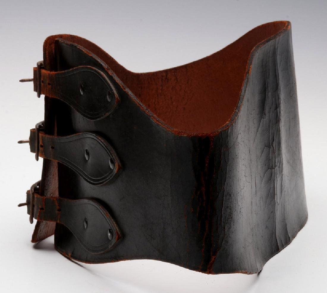 A VINTAGE LEATHER MOTORCYCLE RIDER'S BELT - 7