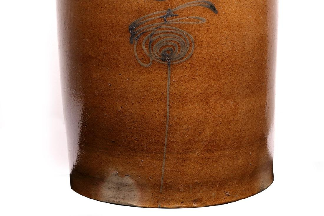 A GOOD MID-WESTERN COBALT DECORATED BUTTER CHURN - 4