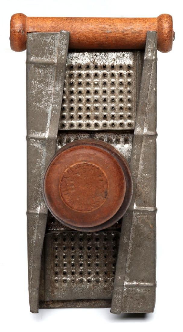 AN ANTIQUE NUTMEG GRATER - 3