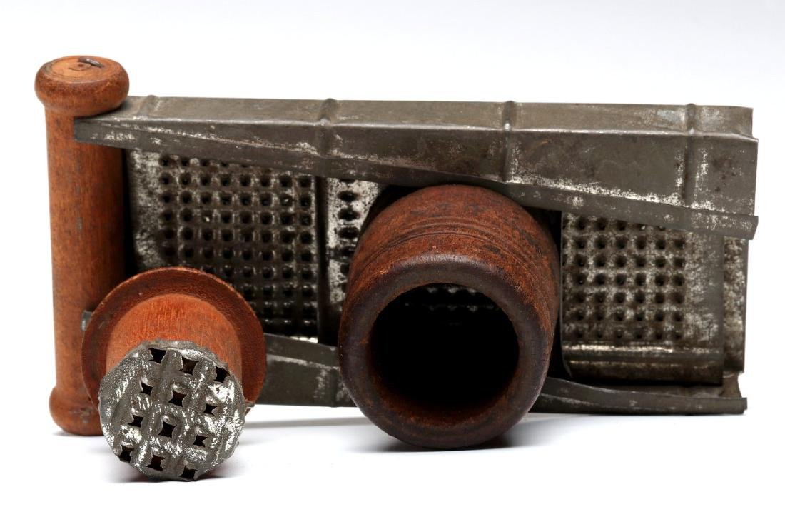 AN ANTIQUE NUTMEG GRATER - 6
