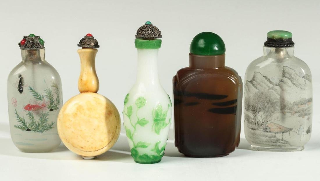A COLLECTION OF AGATE, PEKING GLASS, OTHER SNUFFS