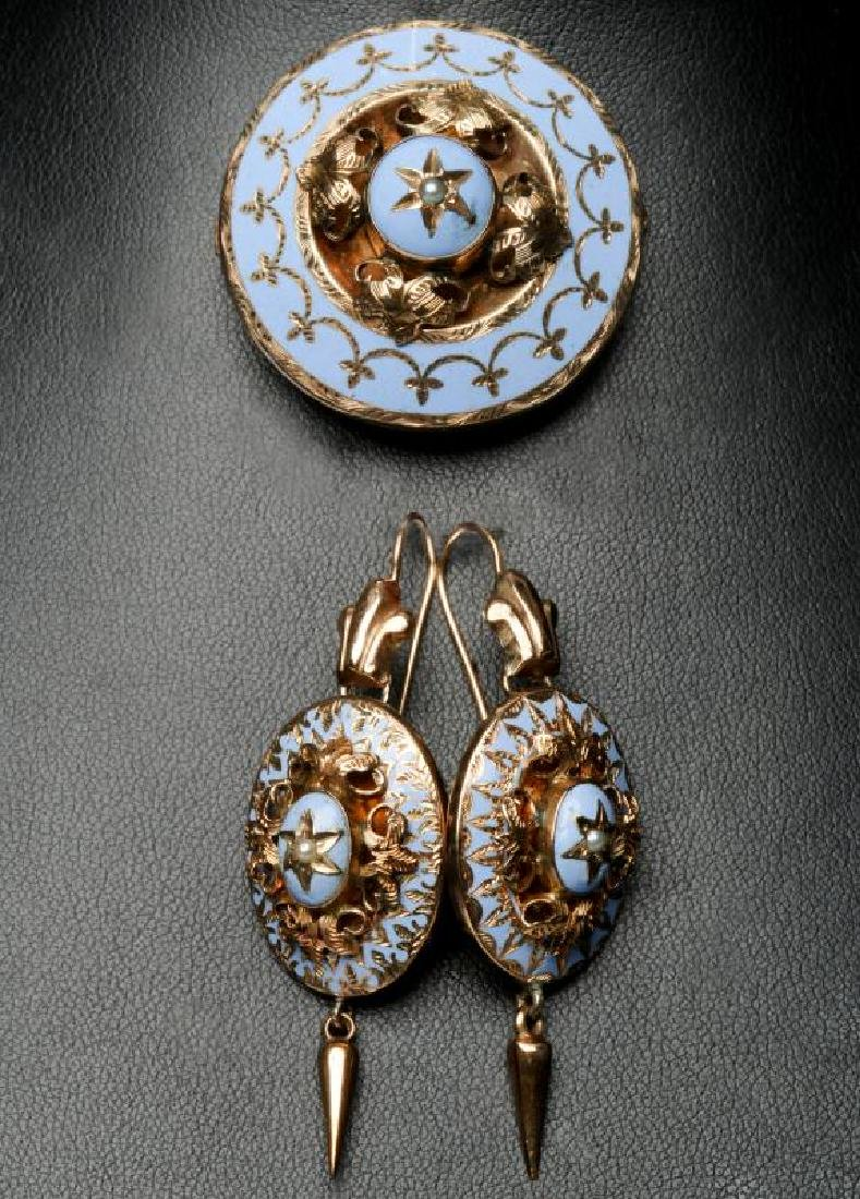 A VICTORIAN 10K GOLD BROOCH AND EARRING SUITE