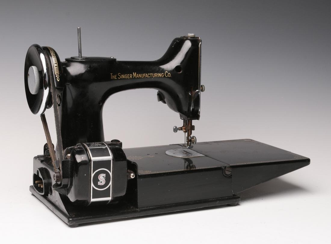 CIRCA 1945 SINGER FEATHERWEIGHT SEWING MACHINE