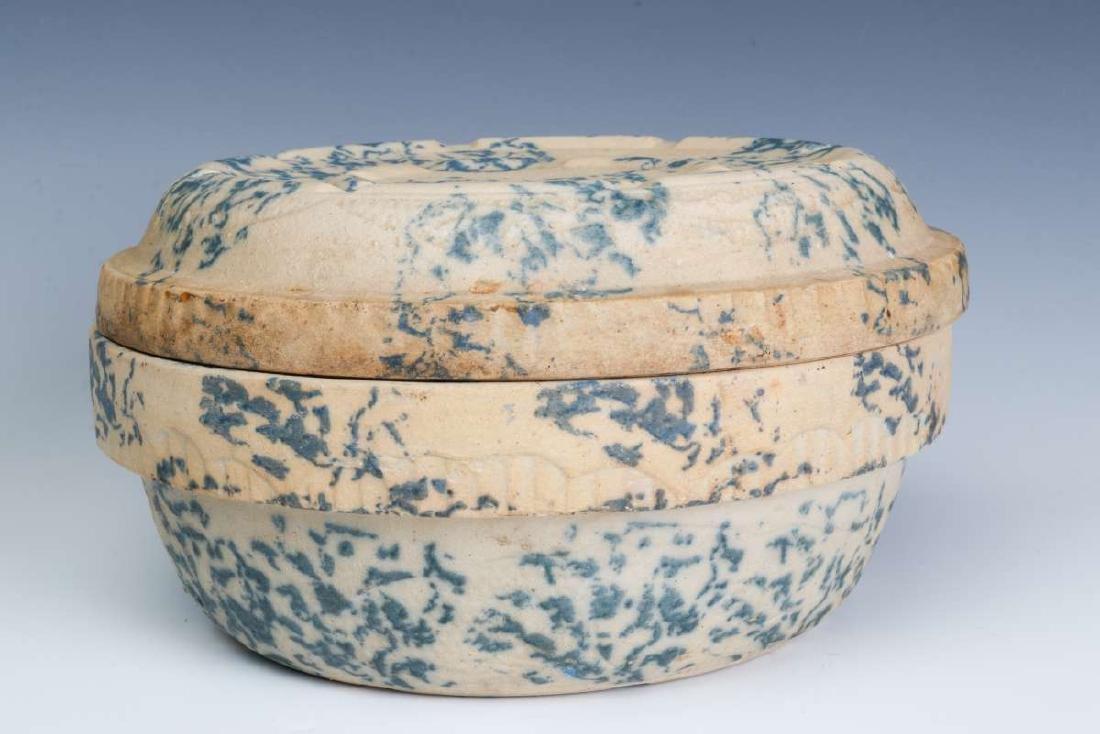 AN ANTIQUE BLUE AND WHITE SPONGE STONEWARE BAKER - 4