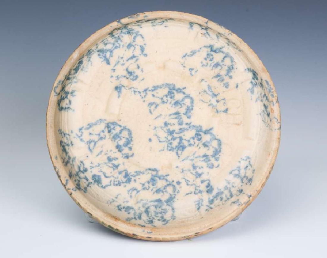 AN ANTIQUE BLUE AND WHITE SPONGE STONEWARE BAKER - 6