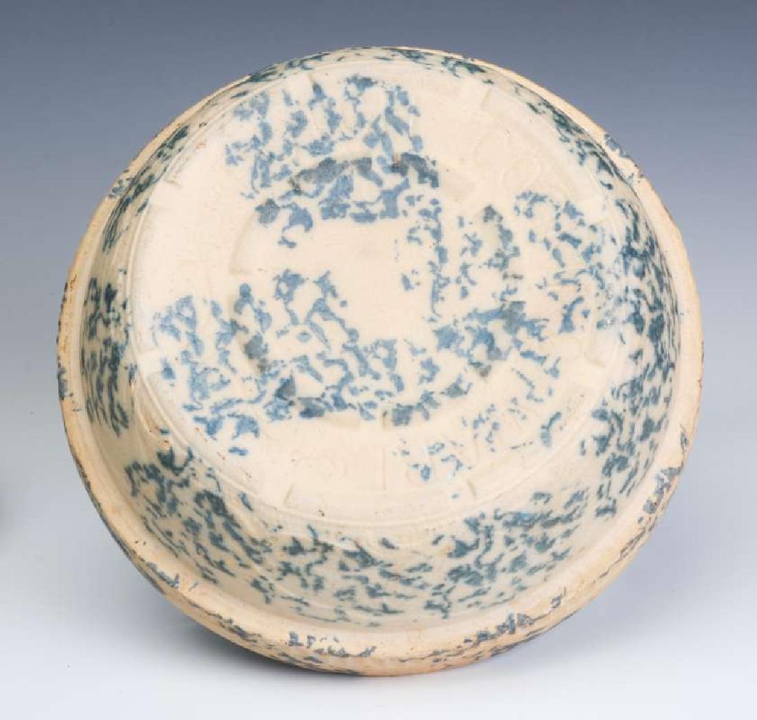 AN ANTIQUE BLUE AND WHITE SPONGE STONEWARE BAKER - 9