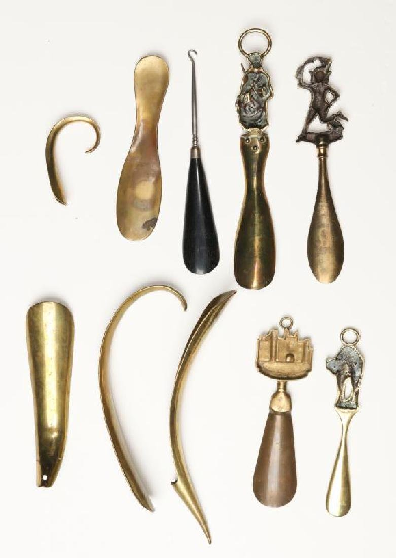 A COLLECTION OF ANTIQUE AND COLLECTIBLE SHOE HORNS - 10