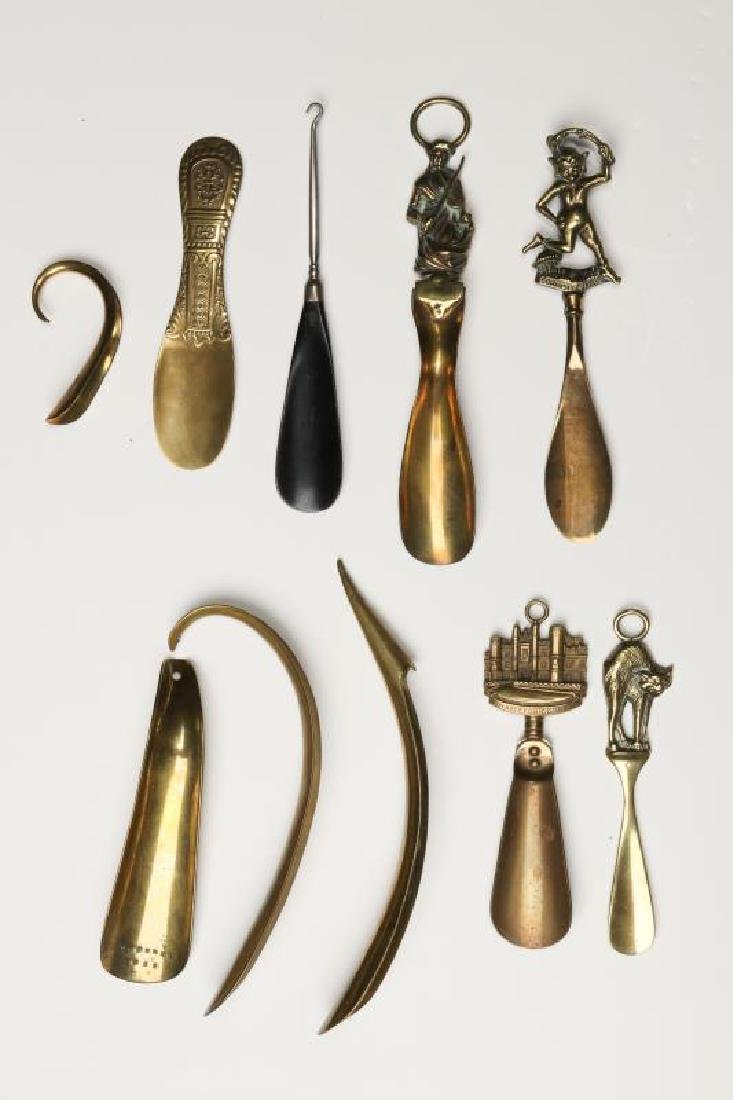 A COLLECTION OF ANTIQUE AND COLLECTIBLE SHOE HORNS