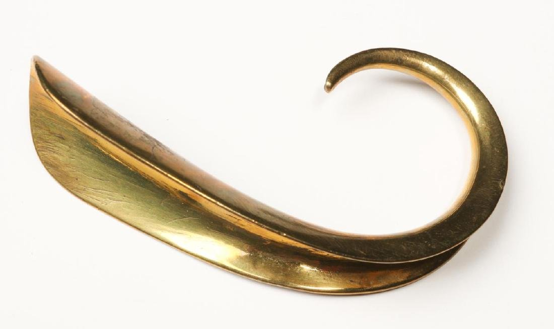 A COLLECTION OF ANTIQUE AND COLLECTIBLE SHOE HORNS - 7