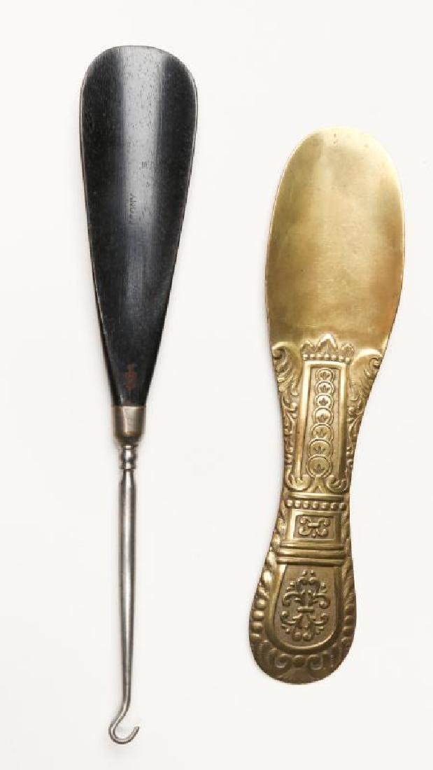 A COLLECTION OF ANTIQUE AND COLLECTIBLE SHOE HORNS - 8