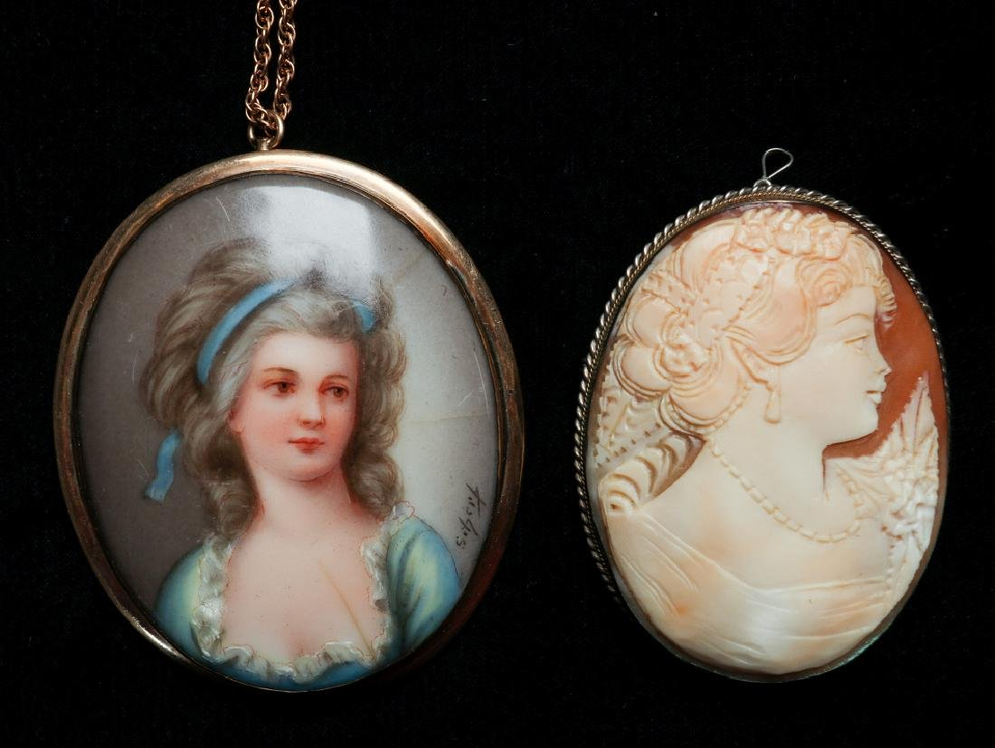 A CARVED SHELL CAMEO AND PORCELAIN PENDANT