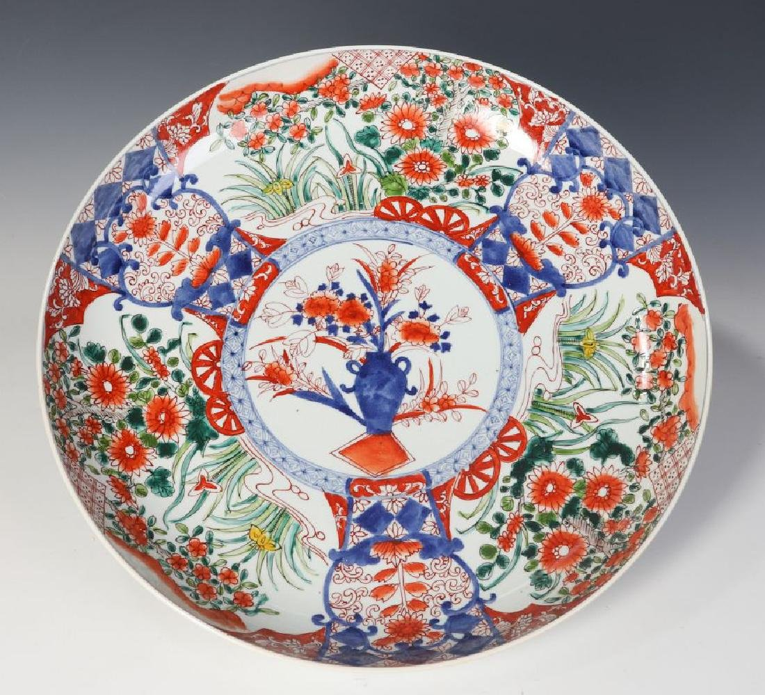A LARGE 19TH CENTURY IMARI CHARGER