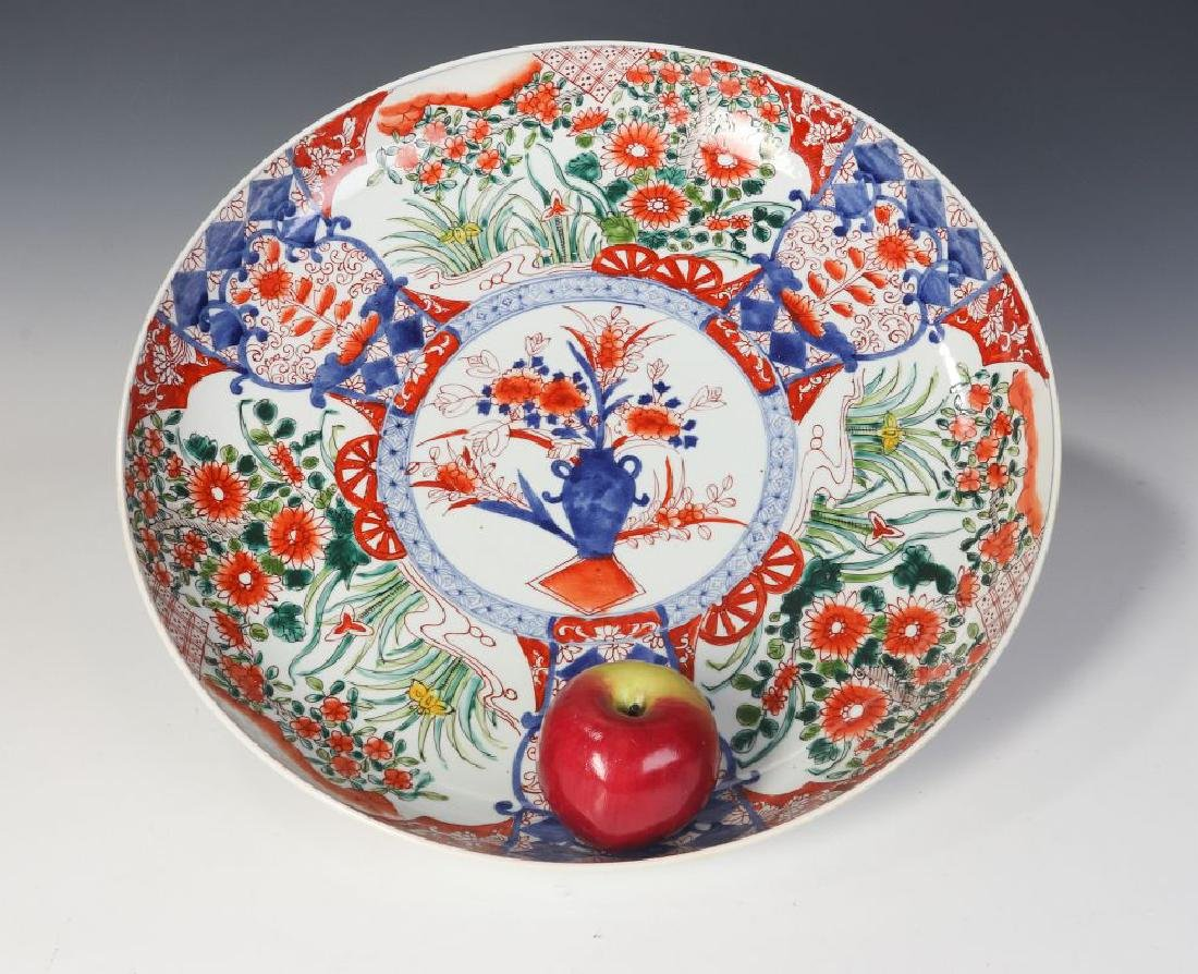 A LARGE 19TH CENTURY IMARI CHARGER - 7
